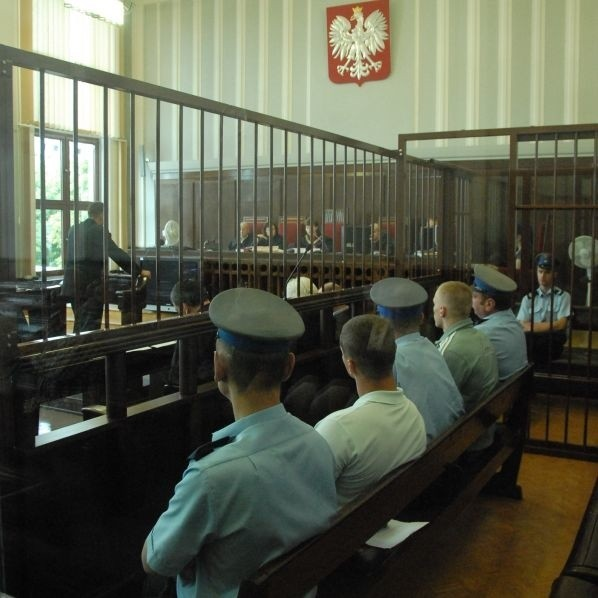 Ława oskrażonych podczas dzisiejszej rozprawy. Dwaj młodzi mężczyźni twierdzą, że uczestniczyli jedynie w bójce