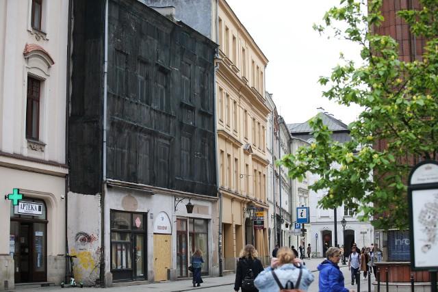 Ulica Grodzka 28 i 30 w Krakowie, ścisłe centrum miasta, tuż obok Rynku Głównego. Kamienice są w fatalnym stanie
