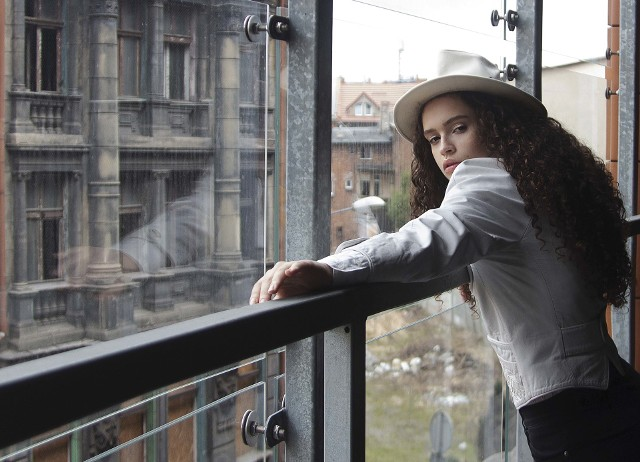 """Zdjęcia Iry Holubenko składające się na wystawę """"Fashion Silesia"""" w Agorze Bytom."""