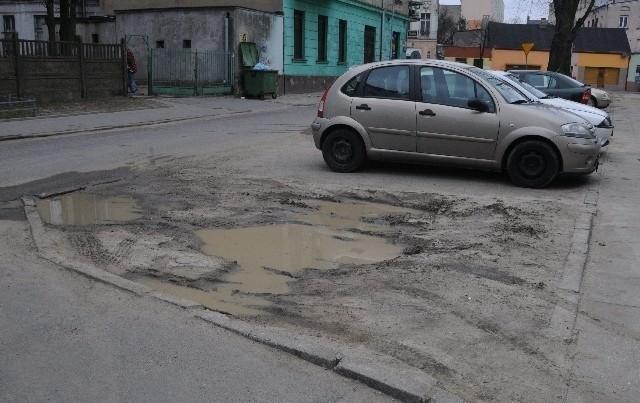 Tak wyglądają miejsca parkingowe, na których auta zostawiają m.in. mieszkańcy pobliskich bloków.