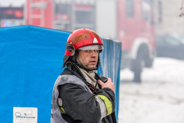 st. kpt. Lucjan Lubaszka służbę w Komendzie Powiatowej Państwowej Straży Pożarnej w Krapkowicach rozpoczął 1 lipca 2000 roku. Przez ten czas dał się poznać jako sumienny, zaangażowany w życie jednostki strażak. Posiadane predyspozycje oraz ciągłe podnoszenie swoich kwalifikacji pozwoliły mu zajmować kolejno wyższe stanowiska służbowe do czasu objęcia stanowiska dowódcy JRG w 2007 roku. Od 1 marca 2008 r. do 31 sierpnia 2010 r. pełnił służbę w Komendzie Powiatowej PSP w Głubczycach na stanowisku zastępcy Komendanta Powiatowego PSP. Na własną prośbę, dnia 1 września 2010 r. powrócił do pełnienia służby w Komendzie Powiatowej PSP w Krapkowicach na stanowisku dowódcy JRG. Jest strażakiem życzliwym, wprowadzającym dobrą atmosferę w służbie. Jest dobrym organizatorem pracy i posiada zdolności dowódcze. Doświadczenie zawodowe pozwala na skuteczne i pewne kierowanie akcjami ratowniczo-gaśniczymi. Prezentuje wysoki poziom dyscypliny służbowej. Cieszy się dużym autorytetem wśród podwładnych. W okresie służby dowodził wieloma akcjami ratowniczo – gaśniczymi, a jego wysokie kwalifikacje, umiejętność kierowania ludźmi, oraz zdolność podejmowania trafnych decyzji w trudnych sytuacjach, wielokrotnie przyczyniły się do ograniczenia i szybkiej likwidacji zagrożeń. Od roku 2006 udziela się społecznie jako strażak Ochotniczej Straży Pożarnej w Łowkowicach, a następnie - do chwili obecnej w OSP w Gogolinie. Od rozpoczęcia tej działalności, jego zaangażowanie w realizowane przez jednostkę OSP zadania było bardzo duże, co zaowocowało wyborem jego osoby do pełnienia funkcji: kolejno: członka zarządu OSP, naczelnika, a od 2011 roku Prezesa OSP. Pełni również funkcję wiceprezesa Zarządu Oddziału Miejsko-Gminnego ZOSP RP w Gogolinie. St. kpt. Lucjan Lubaszka ofiarnie angażuje się w działalność publiczną prowadzoną na terenie swojej miejscowości, gminy Gogolin, a także całego powiatu. Do najważniejszych osiągnięć i przedsięwzięć st. kpt. Lucjana Lubaszka należą:- pełnienie funkcji prezesa Klu