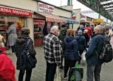 Kraków. Przedświąteczny szał zakupów w czasie pandemii. Długie kolejki do sklepów i stoisk [zdjęcia]