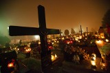 Rozświetlony zniczami cmentarz w Grębałowie robi niezwykłe wrażenie [ZDJĘCIA]