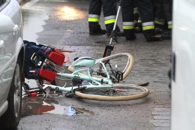 Tragedia wydarzyła się dzisiaj (22 sierpnia) przed godz. 11.00. Młoda kobieta, kierująca mercedesem, potrąciła starszą panią na rowerze. Czytaj więcej na kolejnych slajdach --->FLESZ: Autostrady, bramki, systemy płatności - jak ominąć korki?