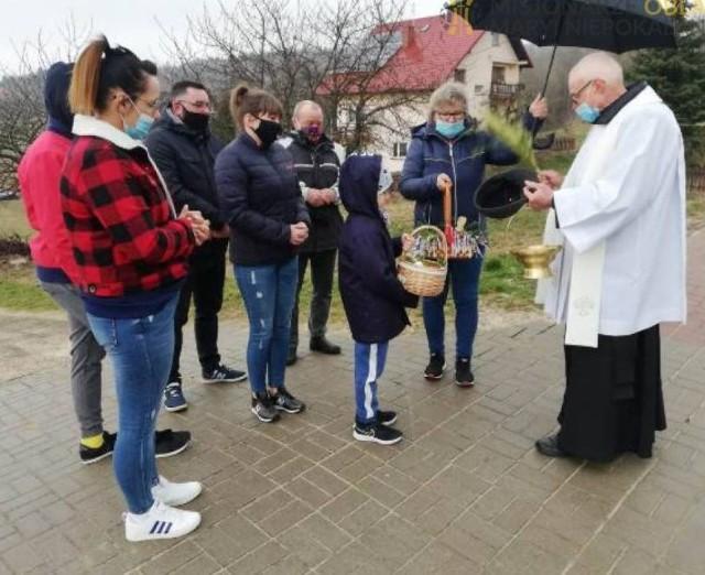 Ojcowie oblaci ze Świętego Krzyża zatrzymywali się przy domach mieszkańców, aby poświęcić przygotowane przez nich pokarmy na stół wielkanocny