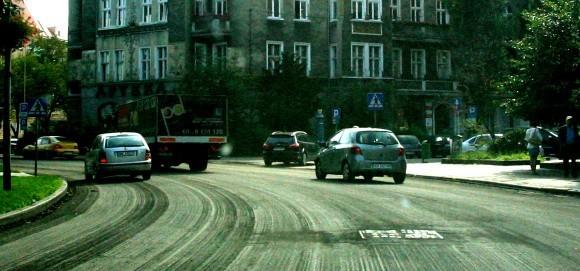 Wczoraj kierowcy jeździli bardzo ostrożnie po pl. Grunwaldzkim. Szybsza jazda mogłaby spowodować uszkodzenia auta.