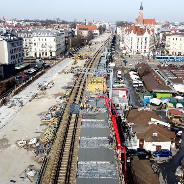 Kraków Grzegórzki - tak będzie się nazywał nowy przystanek kolei aglomeracyjnej, zlokalizowany przy Hali Targowej. Obecnie trwa betonowanie pierwszego peronu.