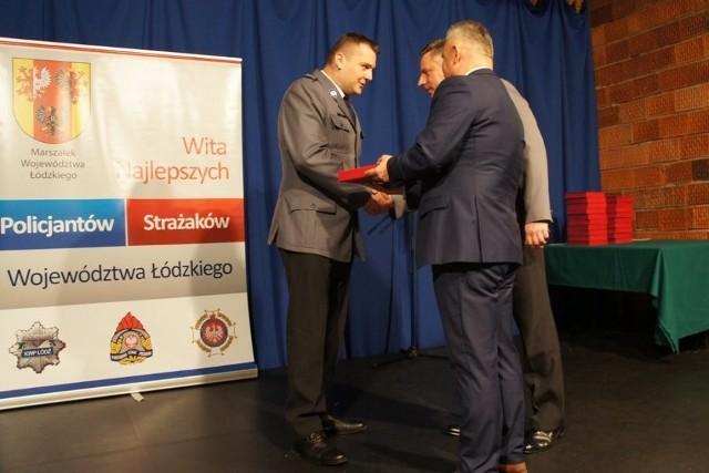 Grzegorz Bąk odbiera nagrodę władz województwa łódzkiego