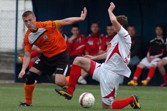 Czarni Jasło (pomarańczowe koszulki) przegrali u siebie z Orłem Przeworsk