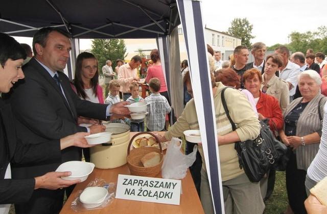 Piotr Żołądek częstuje gęsimi żołądkami w Osinach.