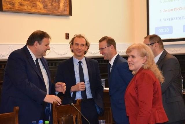 Z prawej radna Mirosława Dalecka, z lewej były starosta Stanisław Skaja i obecny Marek Szczepański