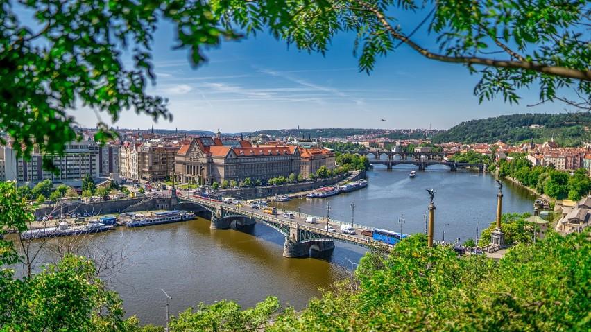 Mieszkańcowi Czech zajęłoby to 11,4 roku