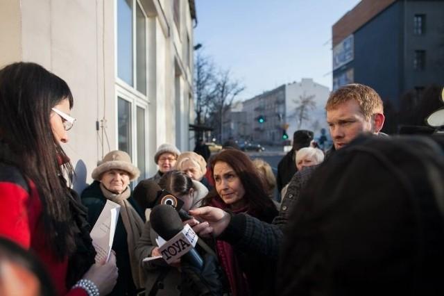 """Dzisiaj przed siedzibą SM """"Śródmieście"""" pojawili się spółdzielcy zaniepokojeni powrotem Krzysztofa D. do pracy."""