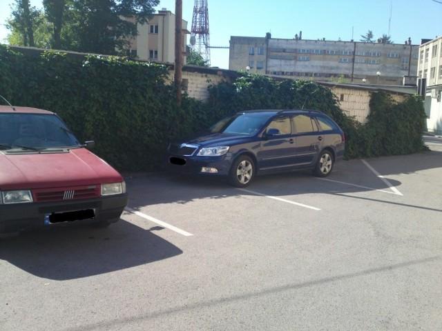 Parking przed PUP w Leżajsku.