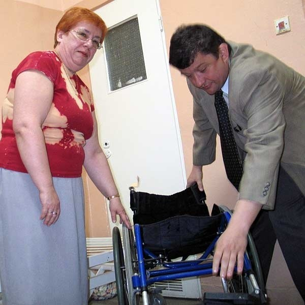 - Ze Szwecji przyjeżdżają do nas nowoczesne, elektryczne łóżka rehabilitacyjne (nowe kosztuje nawet 10 tys. zł), wózki inwalidzkie, chodziki i inny sprzęt dla niepełnosprawnych. Gdyby były pieniądze na transport, mogłoby go być o wiele więcej - mówią wolontariusze z przemyskiej wypożyczalni.