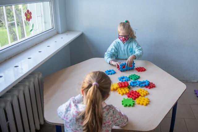 Szkoły dla uczniów klas 1-3 w Poznaniu otwarte są od 1 czerwca. Dzieci biorą jednak udział wyłącznie w zajęciach opiekuńczo-wychowawczych. Niewielu rodziców zdecydowało się na powrót dziecka do placówki z początkiem czerwca.
