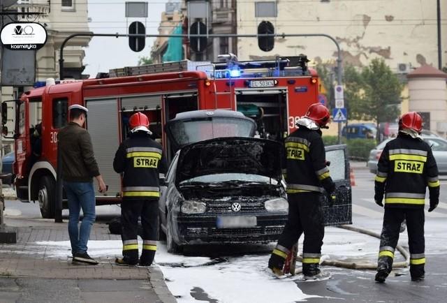 Osobowy volkswagen zaczął się dziś palić na al. Kościsuzki przy ul. Struga. Do pożaru doszło ok. godz. 19. Ogień pojawił się w komorze silnika. Ugasili go strażacy.