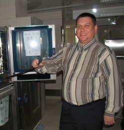 Robert Wojdyna, kierownik zakładu żywienia w nowym szpitalu przy nowym piecu konwekcyjno-parowym. W jego większym odpowiedniku można przyrządzić równocześnie tysiąc kotletów!