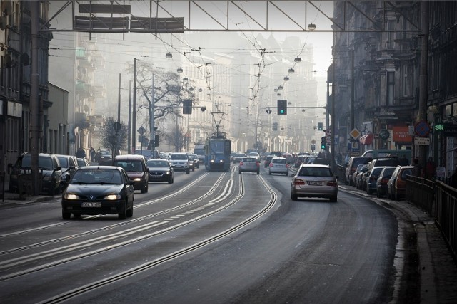 Ulica Traugutta - pół roku po remoncie nawierzchnia już pęka
