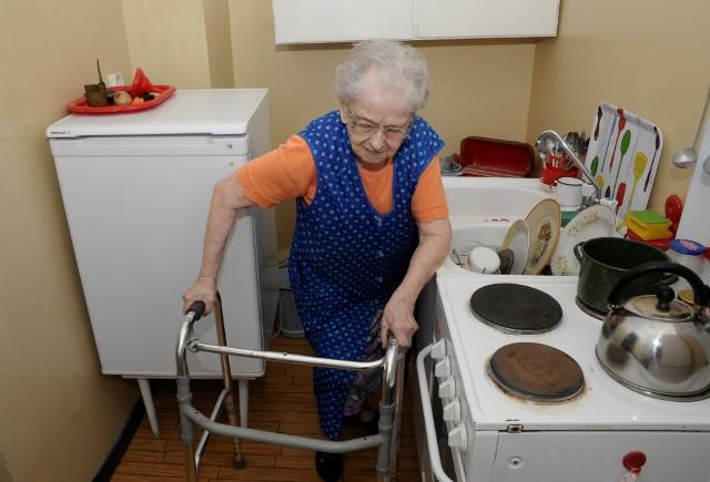 Lokatorka bez ciepłej wody- Regularnie płacimy za mieszkanie, a musimy żyć w takich warunkach. Dla mnie mieszkanie bez ciepłej wody to przeszkoda nie do pokonania, bo nie jestem w stanie dźwignąć garnka z zagrzaną wodą - mówi 86-letnia pani Ewa.