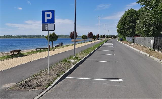 Ulice nad Jeziorem Tarnobrzeskim mają już oznakowanie poziome. Białe linie na jezdniach wyznaczają miejsca postoju wzdłuż Żeglarskiej i Plażowej. Drogi te pozostaną jednokierunkowe.