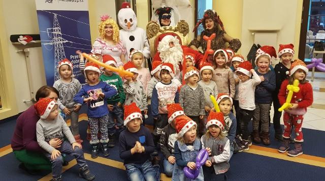 Dla najmłodszych wielką atrakcją była możliwość spotkania się z bałwankiem czy śnieżynką. no i przede wszystkim - ze Świętym Mikołajem, który hojną ręką rozdawał wszystkim upominki.