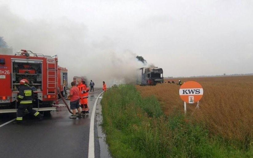 Na drodze krajowej nr 45 między Krapkowicami a Kędzierzynem-Koźlem zderzyły się trzy samochody: osobówka, bus i ciężarówka.