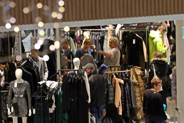 Do sklepów stacjonarnych z odzieżą przyciągają nas nowe kolekcje i wyprzedaże. W przypadku odzieży używanej - lumpeksy szybko oddają pole sklepom internetowym sprzedającym odzież z drugiej ręki.