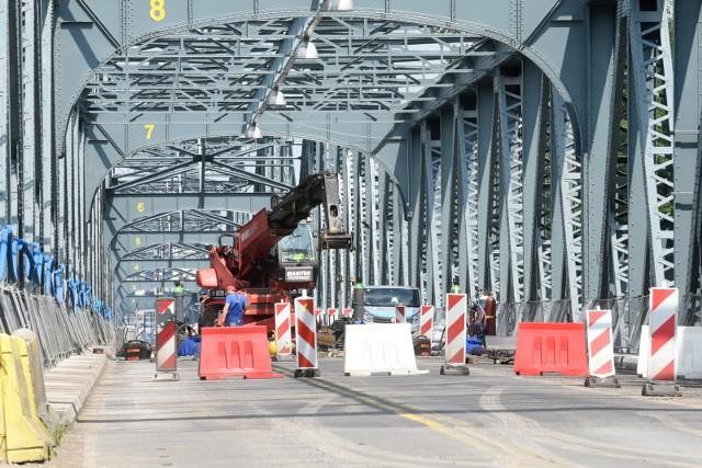 Remontowany most im. Piłsudskiego w letnie weekendy otwarty jest jedynie dla rowerzystów i pieszych