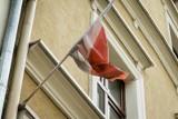Za zrzucenie z dachu flag w dzień wyborów grozi mu rok więzienia