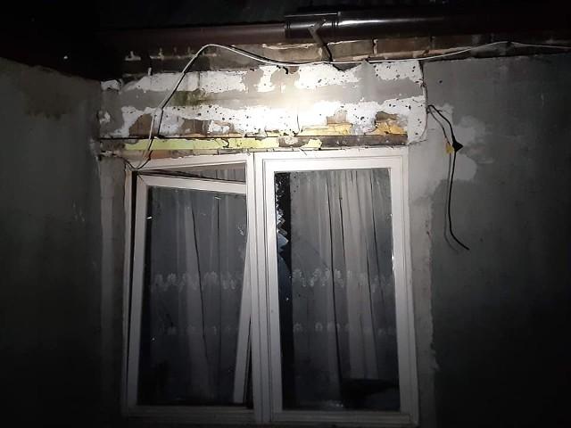 Siła wybuchu butli z gazem była bardzo duża. Dom, w którym mieszkają trzy rodziny, nie nadawał się do zamieszkania. Popękały ściany, pozarywały się sufity, okna zostały wyrwane z ram. Do wybuchu butli z gazem doszło w piątek, 20 marca, około godziny 18. Na miejsce przyjechały służby ratunkowe. W podgorzowskich Stanowicach pojawiła się policja, pogotowie i kilka jednostek straży pożarnej (ochotniczej i zawodowej). Okazało się, że w budynku, w którym doszło do wybuchu, mieszkają trzy rodziny. Na szczęście nikomu nic się nie stało. Mieszkańcy nie mogli jednak wrócić do swojego domu. Siła wybuchu była tak duża, że popękały ściany, w niektórych miejscach pozarywały się sufity, a okna i drzwi zostały powyrywane z ram. Budynek w sobotę ma zostać sprawdzony przez inspektora nadzoru budowlanego. Wtedy okaże się, czy rodziny będą mogły wrócić do swoich mieszkań. Polecamy wideo: Wybuch gazu w Zielonej Górze