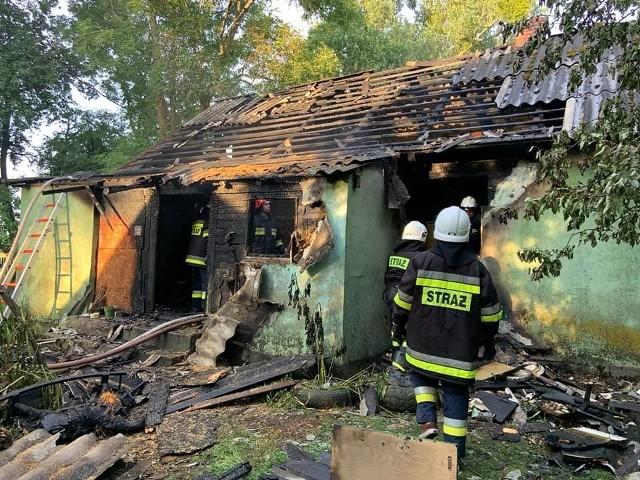 Kuraszewo. Pożar domu jednorodzinnego. Pięć zastępów straży pożarnej walczyło z ogniem. Kobieta straciła dach nad głową