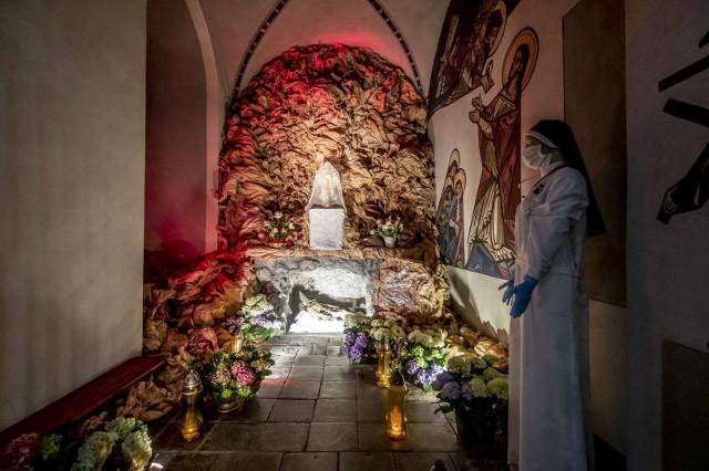 Wielka Sobota to dzień, w którym w kościołach są odsłaniane Groby Pańskie. Zwykle modlą się przed nimi tłumy wiernych, ale z powodu epidemii koronawirusa w adoracji może brać udział nie więcej niż 5 osób. Zobacz zdjęcia Grobów Pańskich w poznańskich kościołach -->