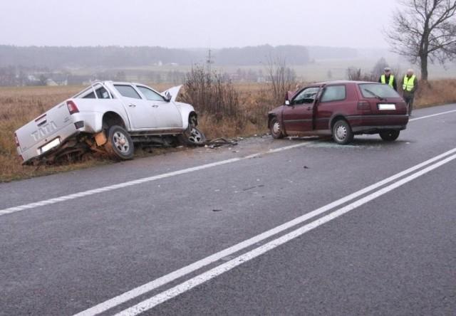 55-letni kierowca pikapa tata na drodze krajowej nr 8 uderzył w jadącego w przeciwnym kierunku golfa. Kierowca volkswagena został przewieziony do szpitala