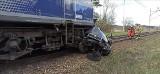 Śmiertelny wypadek na przejeździe kolejowym w Nielepie w pow. świdwińskim. Auto zderzyło się z pociągiem [ZDJĘCIA]