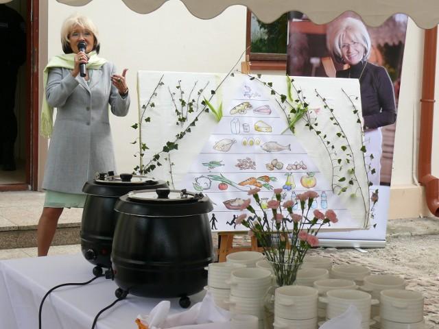 Dr Danuta Myłek na zdrowym śniadaniu przy muzeum.