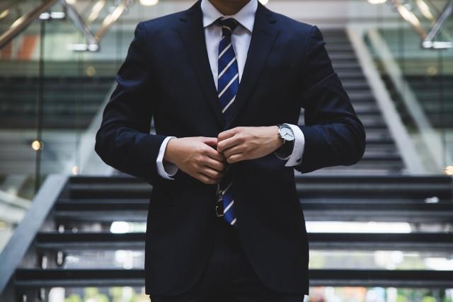Chcielibyście pracować jako agent? Te informacje mogą Wam się przydać! W kwietniu opublikowano nowe rozporządzenie Prezesa Rady Ministrów. Zmienia ono dotychczasowe przepisy dotyczące Agencji Wywiadu i stawek uposażenia. Zobaczcie, ile w Polsce zarabia szpieg i jak można nim zostać. Oto zasady rekrutacji do służb specjalnych. Wcale nie potrzeba wyższego wykształcenia! Sprawdźcie zarobki w Agencji Wywiadu 2021.