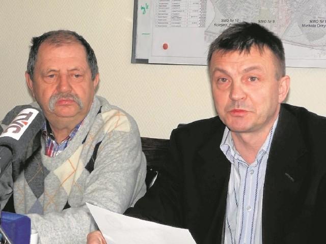 Od lewej: Włodzimierz Wolski  i Rafał Winiecki z klubu Aurochs zapraszają do udziału w imprezie na Starym Rynku.
