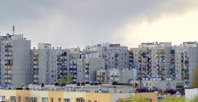 Mieszkanie w bloku ma swoje plusy i minusy. Decydując się na zamieszkanie w takiej zabudowie mamy do wyboru różne piętra. Umiejscowienie lokalu na konkretnym piętrze będzie miało wpływ na komfort, bezpieczeństwo oraz cenę. Oto wady i zalety mieszkania na poszczególnych kondygnacjach.