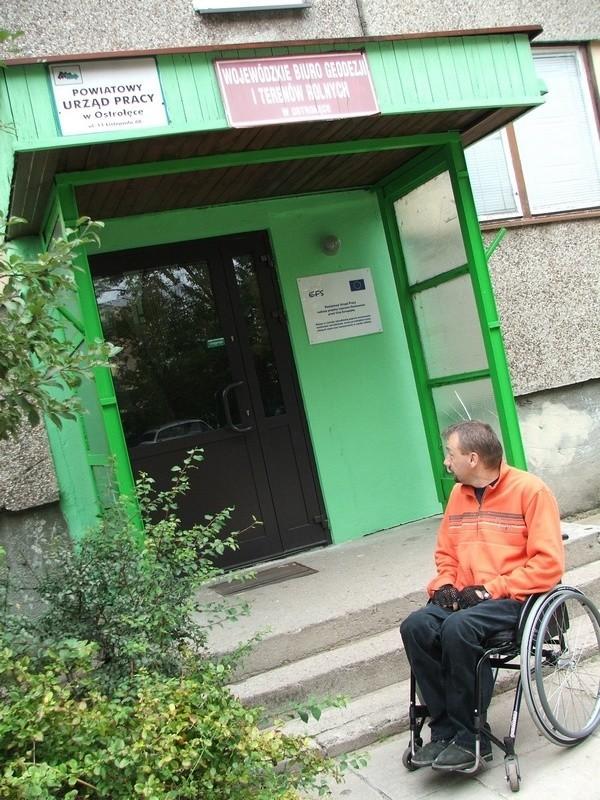 Trzy schody do PUP w Ostrołęce. Kto zdrowy na co dzień myśli o tym, że je pokonuje?