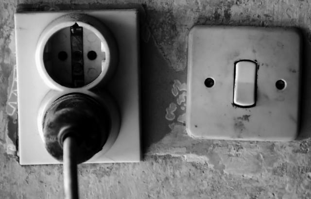 Remont instalacji elektrycznej Gniazda z widocznymi śladami przeciążenia w postaci nadpaleń oraz bez bolca uziemiającego należy bezwzględnie wymienić na nowe.