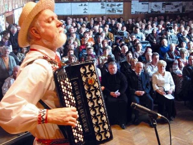 Publiczność z zaangażowaniem słucha wykonawców.