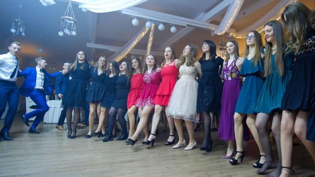 Tak na balu 18-latków bawili się uczniowie z Zespołu Szkół w Oleśnie. Tegoroczni maturzyści z oleskiego ogóliaka będą się bawić na studniówce po feriach zimowych, 16 lutego.