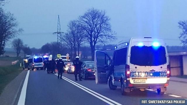 W powiecie opatowskim policjanci skontrolowali kilkanaście aut z fanami lubelskiego klubu