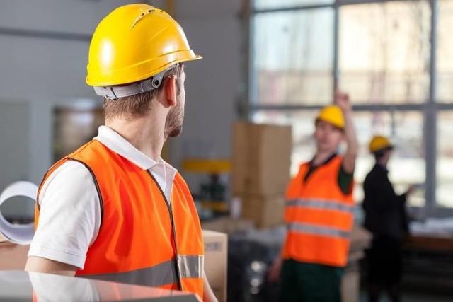 """Wysokie grzywny mają na celu wyeliminowanie przypadków, kiedy pracodawcy wykazują w umowie o pracę minimalne wynagrodzenie, a """"pod stołem"""" płacą pracownikowi pozostałą jego część."""