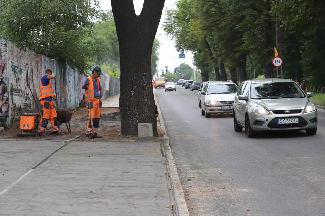 Przywrócono ruch dwukierunkowy na remontowanym odcinku ul. Zabrzańskiej w Bytomiu. Wciąż jednak prowadzone są prace związane z chodnikiem. Zobacz kolejne zdjęcia. Przesuwaj zdjęcia w prawo - naciśnij strzałkę lub przycisk NASTĘPNE >>>