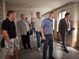 Więźniowie remontują budynek przy ulicy Długosza