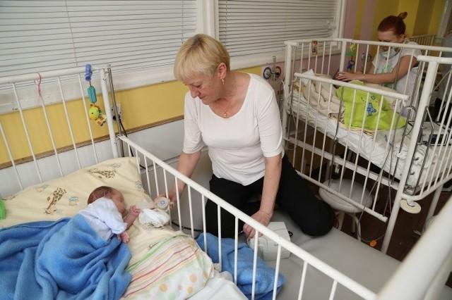 Dwumiesięczne bliźniaki - Franek (na pierwszym planie z babcią) i Czarek (z tyłu z mamą) są w szpitalu od tygodnia