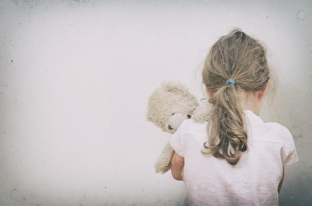 Państwo ma prawny obowiązek chronić dzieci. Zmiana (nowelizacja) kodeksu karnego oraz ustawy o pomocy osobom uprawnionym do alimentów, która weszła w życie 31 maja 2017 roku, wprowadziła jasne zasady. Każdego, kto zalega z alimentami na kwotę równą lub przewyższającą trzymiesięczne zobowiązania, może spotkać kara od grzywny do roku więzienia