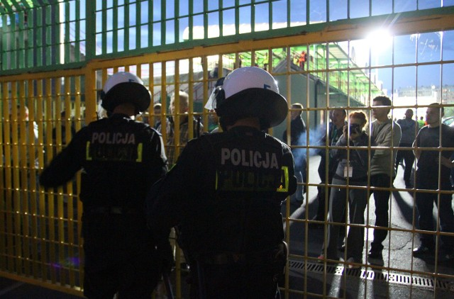 Po meczuz GKS Katowice, policjanci przeprowadzili pokazową akcję, zatrzymując ponad tysiąc osób na kilka godzin o meczu